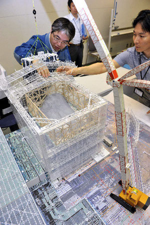 記者会見で公開された福島第一原発1号機の原子炉建屋を覆うカバーの模型=14日午後8時15分、東京都千代田区の東京電力本店、日吉健吾撮影