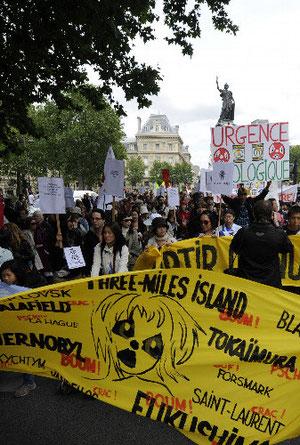 11日、パリで行われた反原発デモ=ロイター