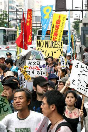 脱原発を訴え、デモ行進をする人たち=11日午後2時51分、福岡・天神、関田航撮影