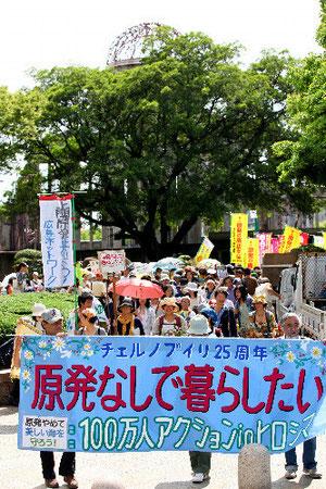 脱原発を訴え、原爆ドーム前を行進する参加者たち=11日午後2時29分、広島市中区、高橋正徳撮影