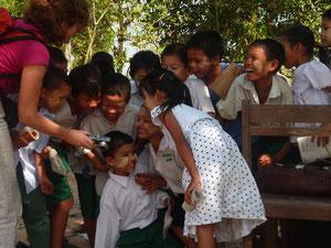 Die Vereinsvorsitzende mit von PASDB eingeschulten Kindern.