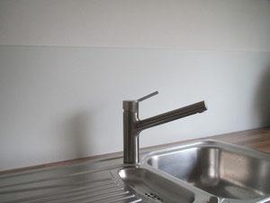 Küchenspiegel aus Satinato Weißglas in Wandfarbe