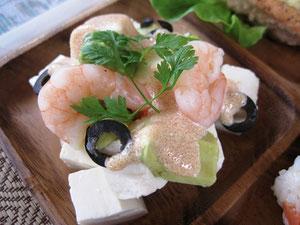 大好評の豆腐と海老アボカト明太ソース和え