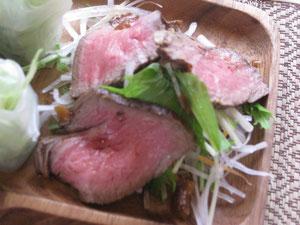 牛タタキ風ローストビーフはいつも大好評です。さっぱりしていてお肉の旨みがジワーって感じ。