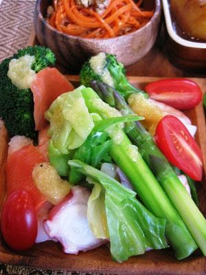 大人気のキャベツと魚貝のガーリックドレッシングサラダ