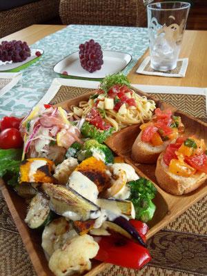 夏野菜のグリル、生ハム玉ねぎサラダ、朝づみバジルのトマトブルスケッタ♫