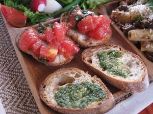 小麦胚芽のバゲットにジェノべとトマトオリーブソースのっけ
