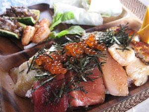 人気の高い海鮮丼に今日は鰻が参加表明してくれました(^。^)ご飯は16穀米です。結構これが合うんですね。