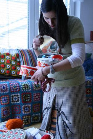 Marta sucht sich etwas Hübsches aus, Foto: B. Winkler