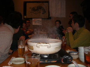 懇親会の風景。鍋を囲んで、楽しい語らい。