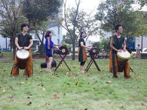 鹿大のジャンベ演奏のサークル「Djembely 」による演奏