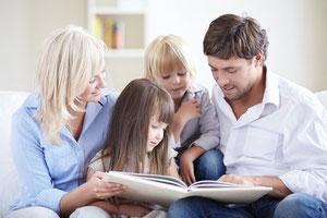 Eltern unterstützen Kinder beim Lernen