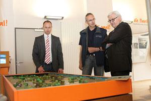 Bundestagsabgeordneter Frank Walter Steinmeier (rechts) im Gespräch mit René Riep - Leiter des Naturparkzentrums in MIlow und der Bürgermeister der Gemeinde Milower Land Felix Menzel