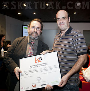 Asier Sarriegi, director de Deportes de la Diputación, entrega al vicepresidente de Askatuak, Andoni Huegun, el diploma de Euskalit.