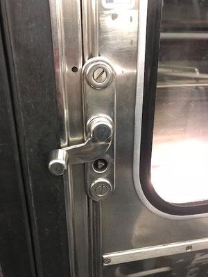 フランス パリ 地下鉄 ドア 自分で開閉
