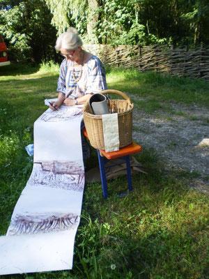 Maria Gruber malt am laufenden Band