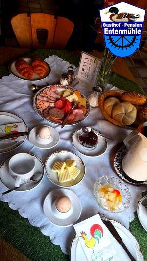 Ihr reichhaltiger eingedeckter Frühstückstisch