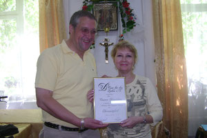 Tamara bekommt die Urkunde am 21. Mai 2009
