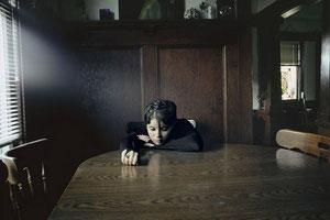 """Sur le site de Lise Sarfati, outre ses portraits réalisés aux US, j'ai un coup de coeur pour sa série dans la maison de Marguerite Duras, qu'on peut voir dans la rubrique PORTFOLIO, puis """"CLICK ON THE BOX""""... Très bonne visite."""