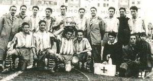 La plantilla del Villosa celebra alborozada el Campeonato de Vizcaya Aficionados de 1953, tras derrotar en la final de San Mamés al Erandio por 2-0.