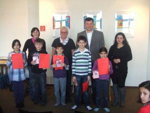 Das Foto zeigt die Mitglieder der Jury, alle teilnehmenden Kinder und die Siegerin Imran.
