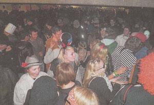 Dicht an dicht drängten sich die Feiernden zur After-Zug-Party in die Tiefgarage an der Stadthalle. Bild: sgb