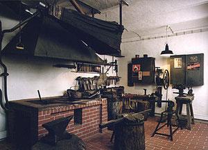 Das Stadtmuseum Gütersloh zeigt im ehemaligen Pferdestall der Kornhandlung Angenete & Wulfhorst die wieder in die Kökerstraße transportierte alte Werkstatt Thiro, die Heinrich Thiro als Enkel des Firmengründers noch bis 1982 betrieb.