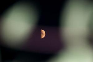 Mond durch ein Gitter