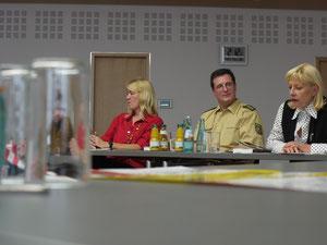 """Herausgeberin Antje Fries, Vize-Polizeipräsident Thomas Ebling und Verlegerin Angelika Schulz-Parthu (v. l.) stellen die neue Anthologie """"Gleich nebenan"""" vor."""