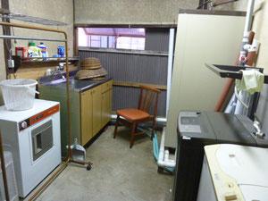 別棟の洗濯室兼補助キッチン