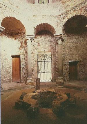 le baptistère (Ve) est élevé sur l'emplacement de l'antique cité fondée par Jules César en 49 avJC