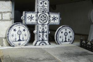 Stèles funéraires discoïdales avec l'emblème basque
