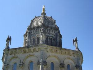 construite de 1869 à 1875, de style romano-byzantin, elle est ornée de statues d'anges musiciens et des saints de Provence