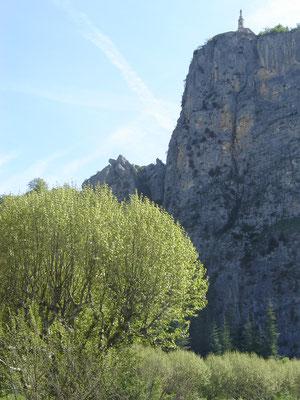 Notre Dame de Roc, tout en haut de la falaise de 170m où la ville fut installée un temps pour se protéger des Barbares.