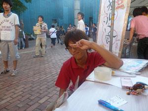 テニ部のポロシャツで宣伝する綾川くん。JKに軽く流されてましたね。難しい年頃なんだよきっと。