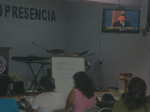 ESTUDIANTES VIENDO UN VIDEO DE KENNETH COPELND