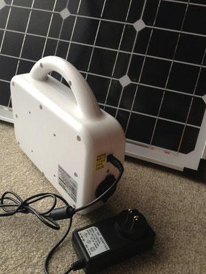 太陽光が出ないときはご家庭のコンセントから充電できます。