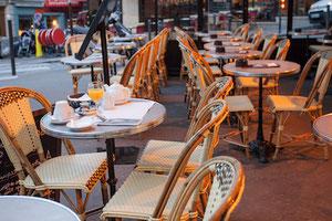Table de terrasse de café plateau rond marbre cerclage métal Adaptables