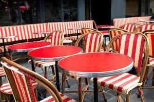 Table de bistrot rouge ronde terrasse cerclage métal pied fonte