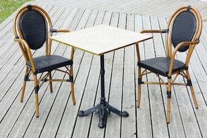 Table de bistrot carrée imitation marbre blanc cerclage laiton 60x60cm