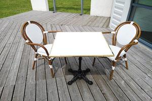 Table de bistrot carrée plateau blanc cerclage laiton doré et pied fonte