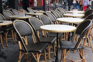 Table de restaurant ronde pour l'extérieur plateau marbre cerclage laiton Adaptables