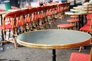 Table de bistrot pour la terrasse plateau noir cerclage doré Adaptables