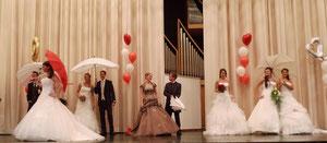 Kleider: Brautkultur, Herrenanzüge: Anzugkultur, Schirme: Anja H.
