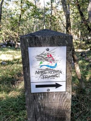 Irgendjemand dürfte in der Umgebung von Lipica etwas gegen den Alpe-Adria-Trail haben, immer wieder treffen wir auf mutwillig beschädigte Wegweiser