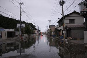 大潮時に浸水する国道