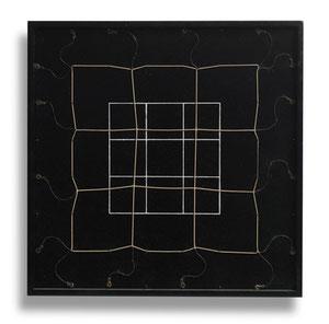 "Gianni Colombo, ""Spazio elastico"", 1973, Frabe und Draht auf Holz, 35 x 35 x 3 cm"