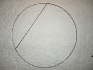 "Ad Dekkers, ""Eerste fase van cirkel naar driehoek"", 1971, Stahl, Durchmesser: 90 cm x 1,5 cm"