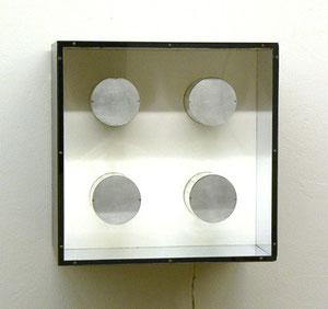 "Martha Boto, ""Vibrations"", 1967, Holz, Motor, Plexiglas, 40 x 40 x 25,5 cm"