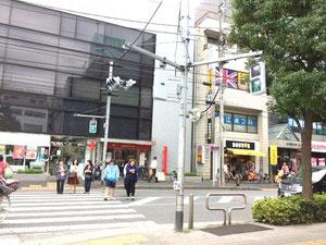赤い看板の銀行と、黄色と黒が目印のコーヒーショップです。